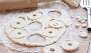 KROK II - Wycinanie oponek serowych z masy
